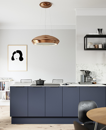 aubo fenix køkken i blå med hvid bordplade og siddepladser
