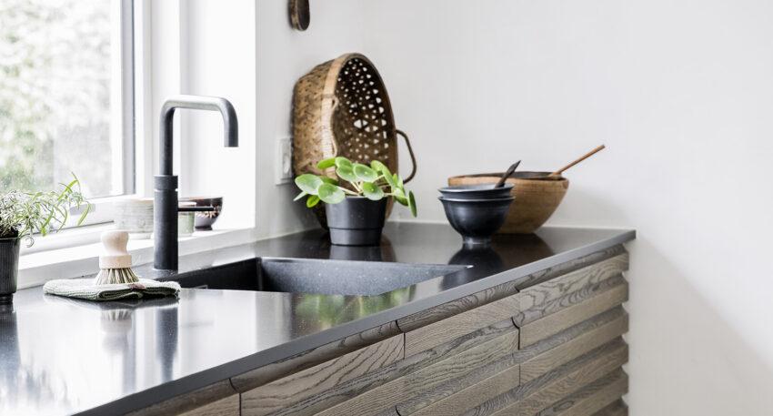 aubo oak line køkken i egetræ med sort bordplade og sort quooker