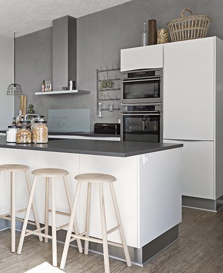 aubo modena køkken i hvid med grå bordplade og aeg ovne