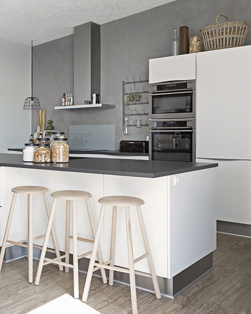 aubo modena køkken i hvid med køkkenø og barstole