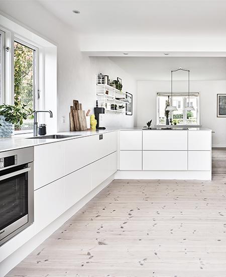 aubo siena køkken i hvid med hvid bordplade og quooker