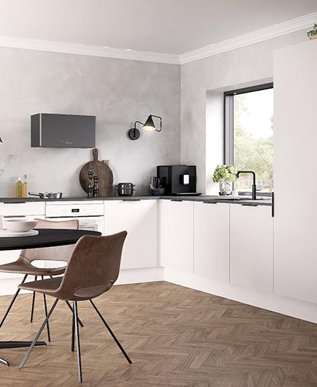 aubo unik køkken i hvid med sort bordplade