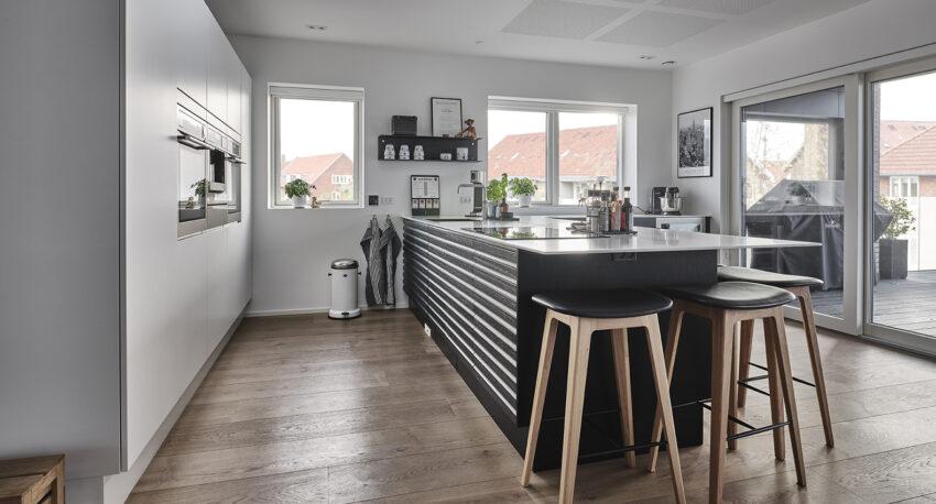 aubo oak line køkken i sort med tynd hvid bordplade