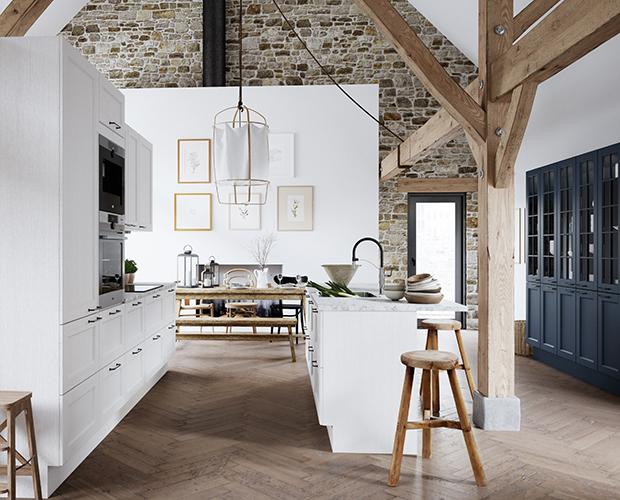 aubo skagerak køkken i hvid med køkkenø, marmorbordplade og blå vitrineskabe