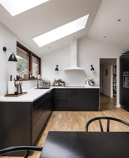 aubo black oak køkken i sort med hvid bordplade og quooker i bruneret messing